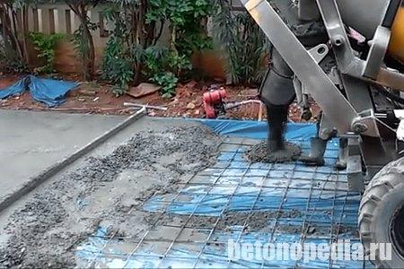 Заливка дороги бетоном